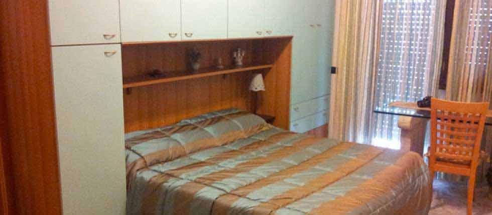 B&B Portuense | Bed and Breakfast a Roma | La camera dispone di un letto matrimoniale, con una scrivania sedie, guardaroba e bagno