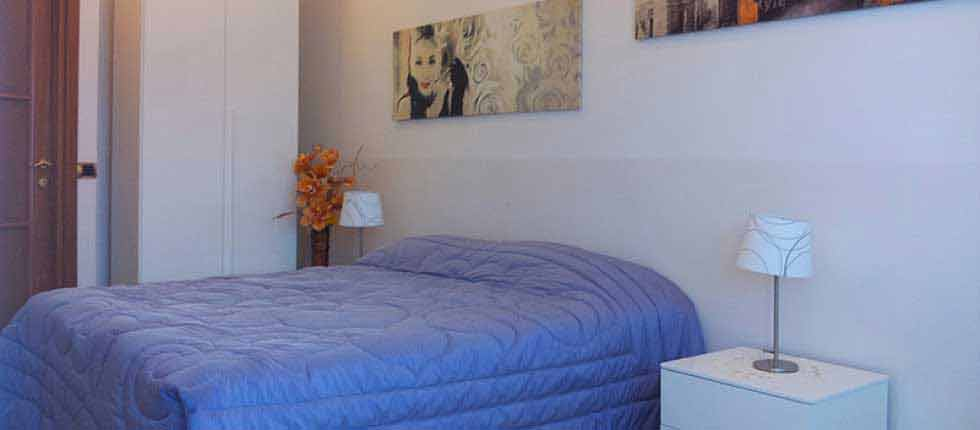 B&B Portuense | Bed and Breakfast a Roma | La camera dispone di un letto matrimoniale,  con una scrivania sedie, guardaroba e bagno